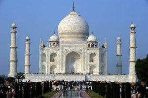 792595-des-touristes-visitent-le-taj-mahal-a-agra-en-inde-le-4-decembre-2010