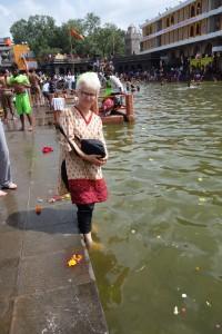 DSC08493 Trempette dans la rivière sacrée Godavari