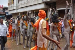 DSC09001 parade sadhus 2