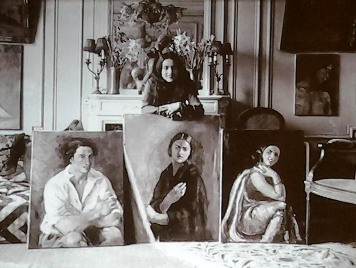 Peintre devant ses toiles