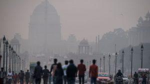 des-pietons-dans-une-rue-de-new-delhi-lors-d-un-jour-de-forte-pollution-le-1er-decembre-2015-en-inde_5476858